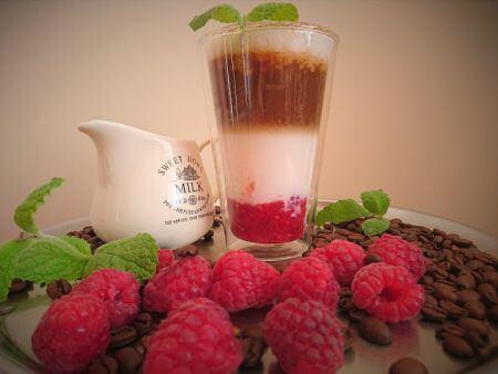 Mrożona kawa z malinami, truskawkami i jagodami
